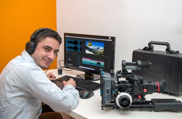 Молодой человек дизайнер с помощью графического планшета для редактирования видео