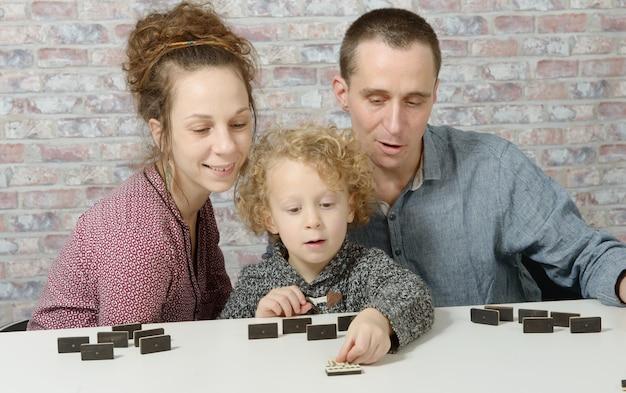 ドミノを遊んで幸せな家族