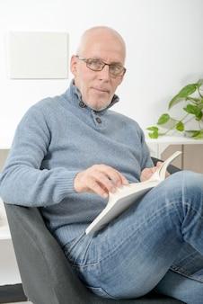 ハンサムな成熟した男は本を読む