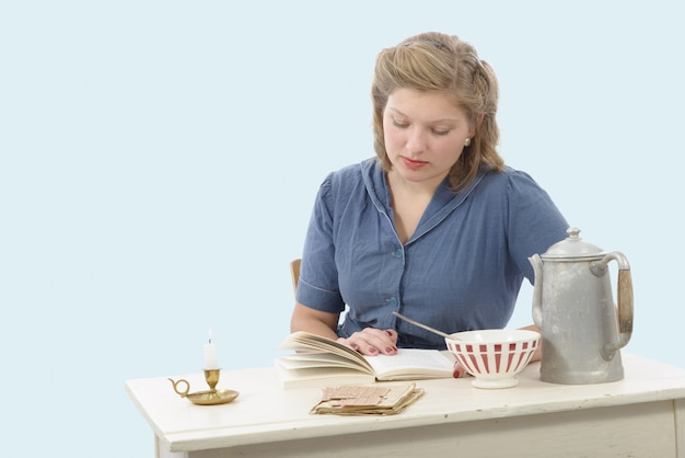 ビンテージコスチュームの若い女性は本を読む
