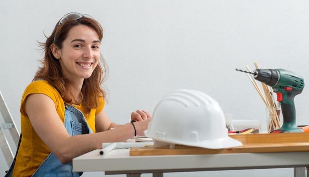 オフィスで若い笑顔の女性建築家