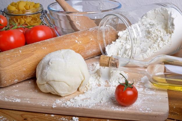 Свежие помидоры и тесто для пиццы