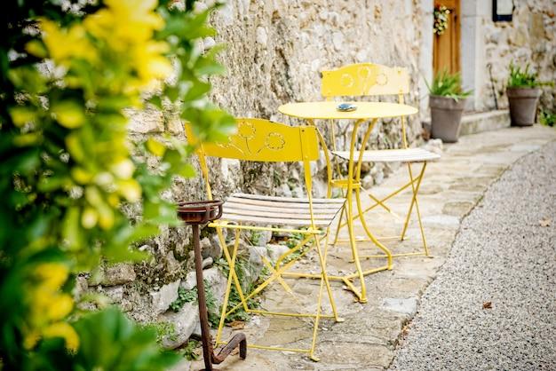 Старинный садовый салон из желтого металла