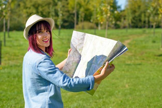 田舎の地図と美しい若い女性