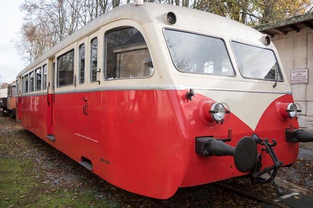 小さな赤と白のフランスの列車