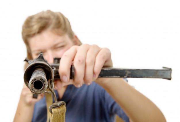 Молодая женщина стреляет из ружья