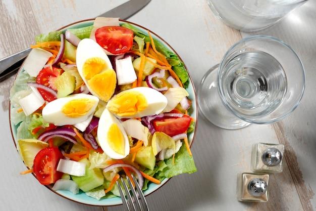 Овощной салат на белом деревянном столе
