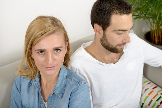 問題を持つ不幸な若いカップル