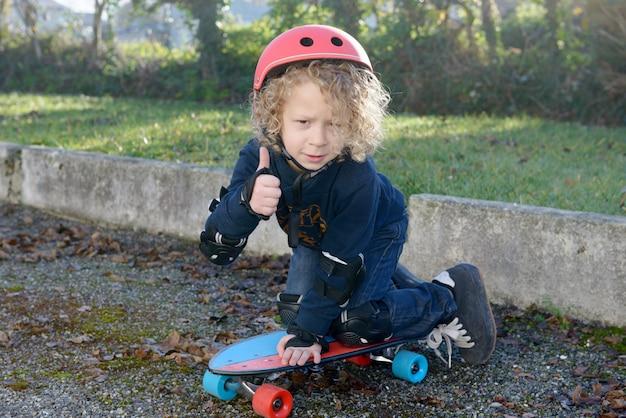 スケートボードと小さな金髪の少年