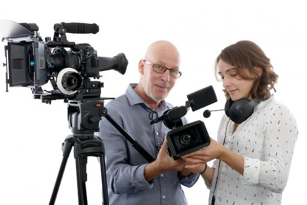 若い女性カメラマンと成熟した男
