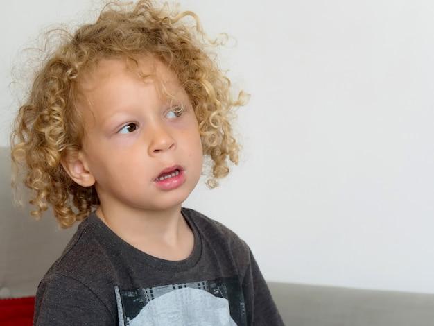 金髪と巻き毛の小さな男の子の肖像画