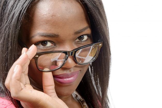 メガネで美しいアフリカ系アメリカ人の若い女性の肖像画