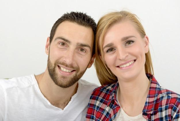 幸せな若いカップルの肖像画