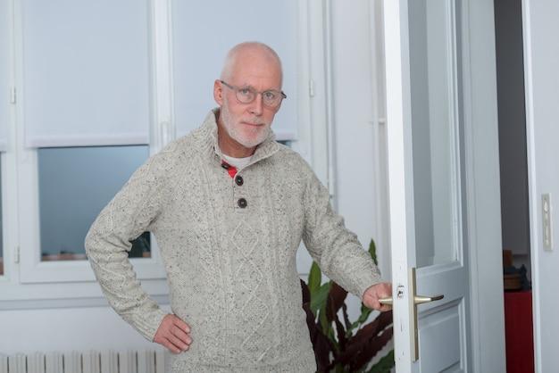 Портрет мужчины средних лет с бородой и очками