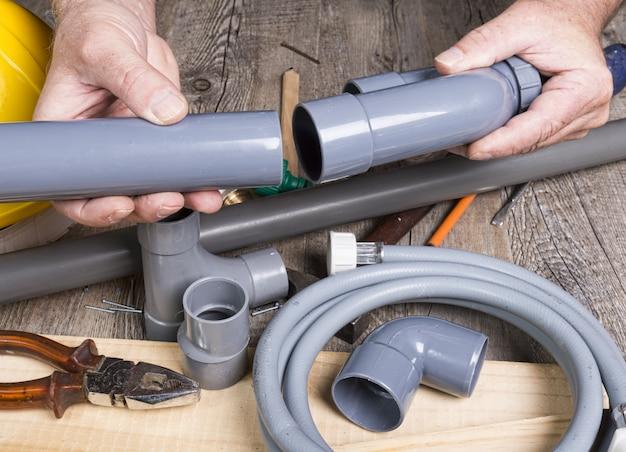 さまざまなツールを使用して日曜大工を配管する