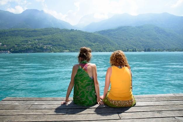 Две лесбиянки на природе любуются пейзажем