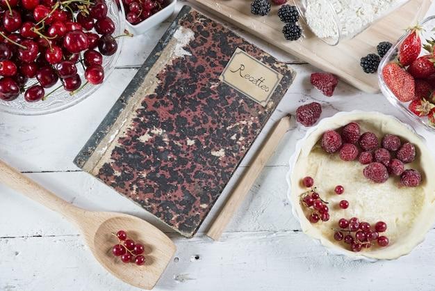 Поваренная книга с красными фруктами