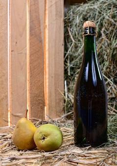 Бутылка грушевого сока с двумя грушами