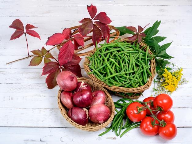 Корзина с зеленой фасолью и помидорами