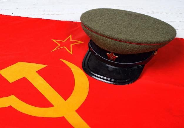 Кепка на флаге советского союза