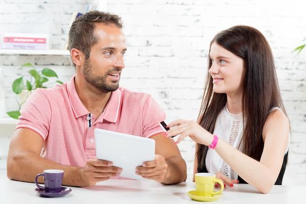 若いカップルがインターネットで買い物に行く