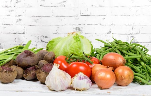 Разные сезонные овощи на столе