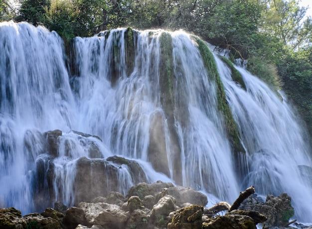 Красивый водопад в природе