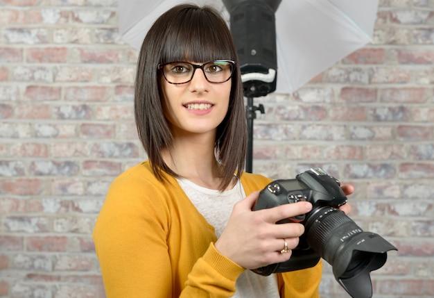 Привлекательная брюнетка женщина с фотоаппаратом