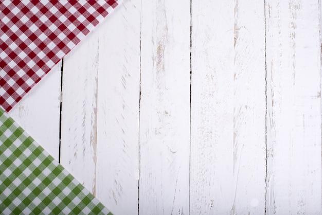 白い木の板にカラフルなナプキン