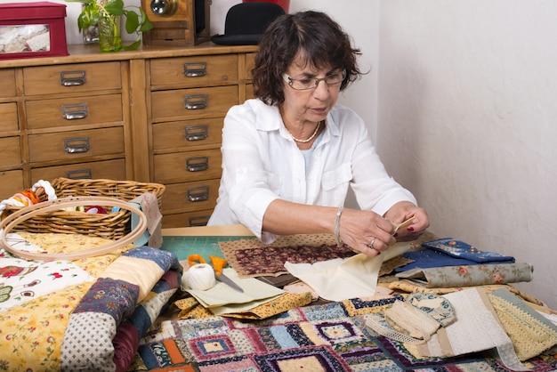 Зрелая женщина шитья и стегания