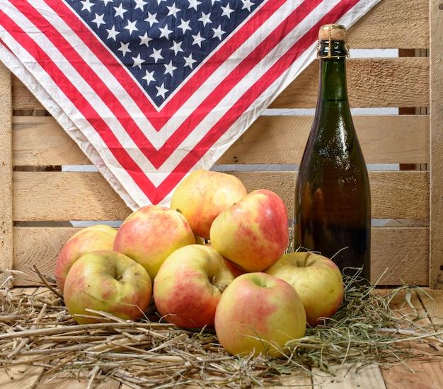 リンゴとサイダーのボトル