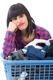Несчастная молодая красивая женщина гладит одежду