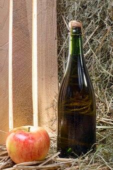 リンゴとストローでサイダーのボトル