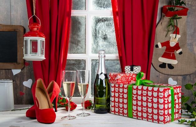 Новогоднее украшение с бокалами шампанского