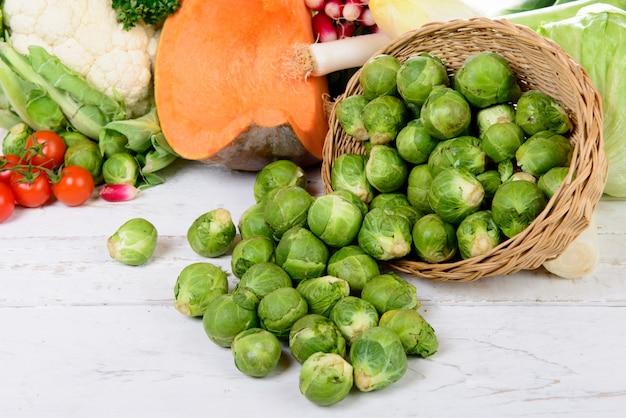 Корзина из брюссельской капусты с овощами