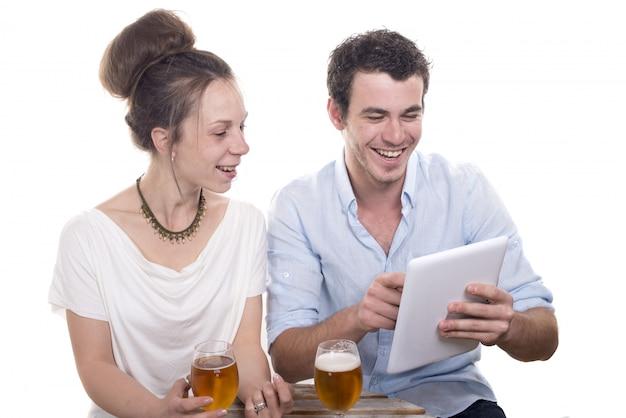 デジタルタブレットで遊ぶ若いカップル