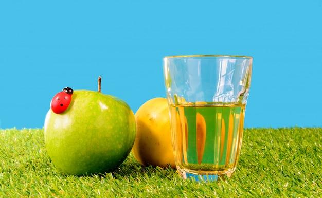 リンゴとサイダーのガラス
