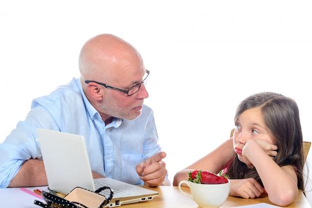 お父さんは娘に腹を立てています