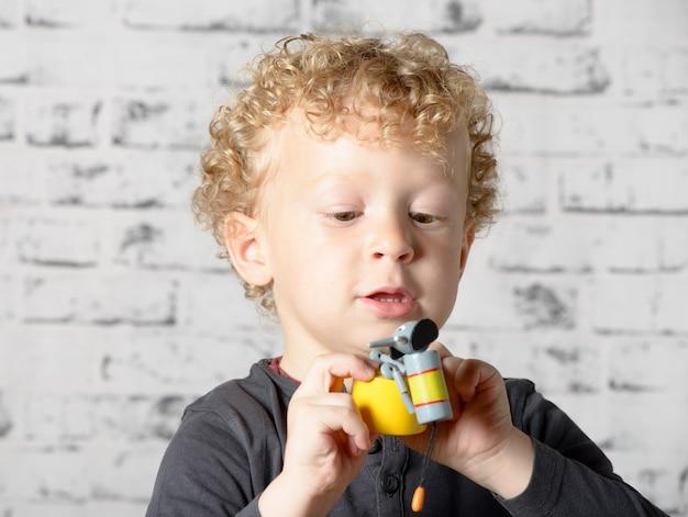 Маленький ребенок играет с игрушками животных