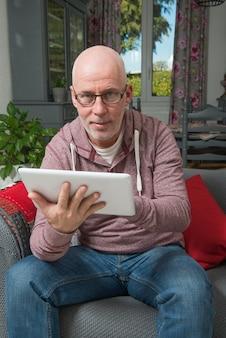 デジタルタブレットを持つ年配の男性