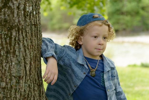 Белокурый мальчик в синей кепке