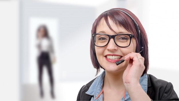 ヘッドセットと笑顔の若い女性のクローズアップの肖像画
