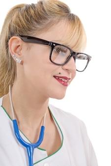 Женщина-врач улыбается