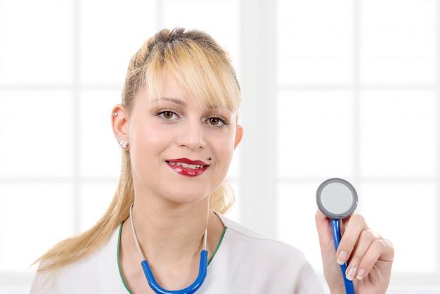 聴診器を聞いて女性医師