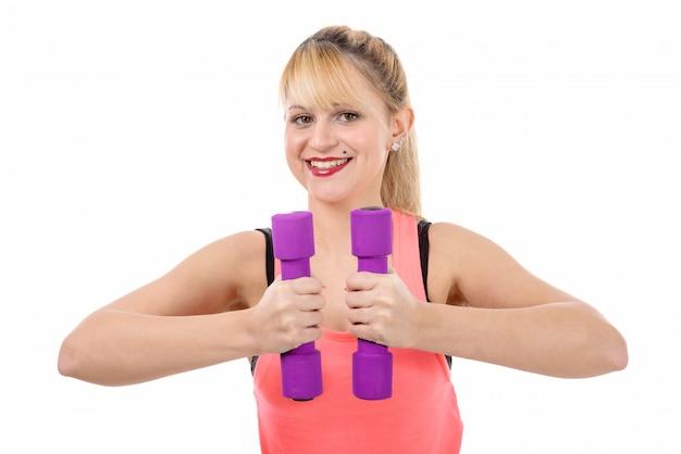 Портрет довольно спортивный девушка держит вес