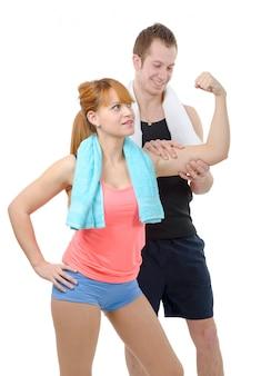 若い男は彼のガールフレンドの上腕二頭筋を見てください。