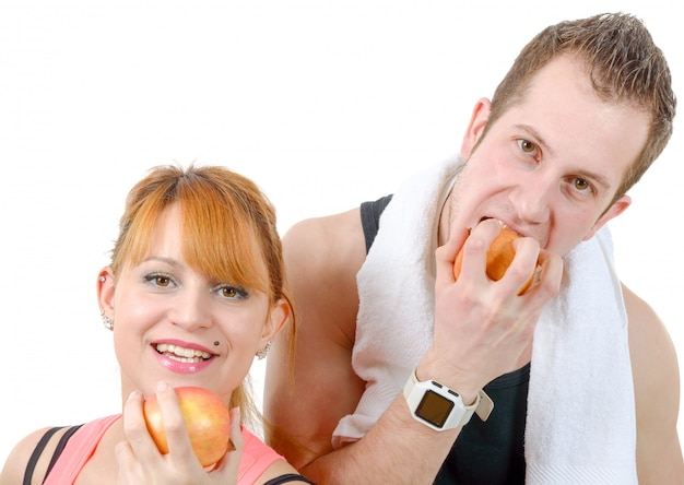 Улыбающийся молодой мужчина и женщина с яблоками