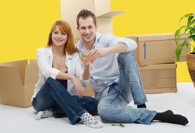 Пара празднует свой новый дом, и шампанское в руках.