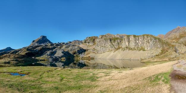 Вид на небольшое озеро в пиренейских горах