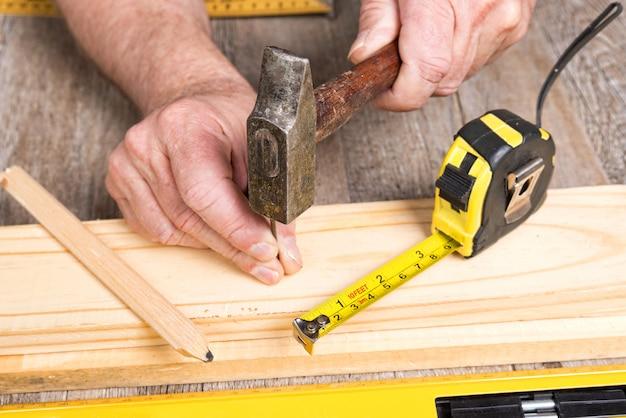 Плотницкие работы с различными инструментами